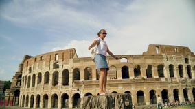 A mulher bonita do turista levanta perto do colosseum romano Movimento lento video estoque