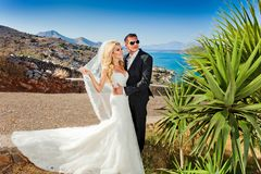 A mulher bonita dos pares novos bonitos do homem considerável em relação ao grego bonito fotos de stock royalty free