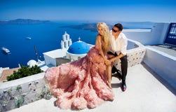 A mulher bonita dos pares novos bonitos do homem considerável em relação ao grego bonito fotos de stock