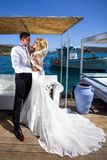 A mulher bonita dos pares novos bonitos do homem considerável em relação ao grego bonito imagens de stock