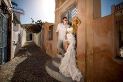 A mulher bonita dos pares novos bonitos do homem considerável em relação ao grego bonito fotografia de stock royalty free