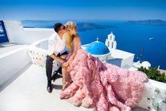 A mulher bonita dos pares novos bonitos do homem considerável em relação ao grego bonito fotografia de stock