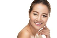 Mulher bonita dos termas com a pele limpa da beleza que toca em sua cara, conceito do tratamento da beleza Imagens de Stock