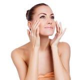 Mulher bonita dos termas que toca em sua cara. foto de stock royalty free