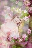 Mulher bonita e árvore de florescência foto de stock