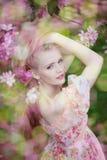 Mulher bonita e árvore de florescência Moça da beleza no jardim Imagens de Stock Royalty Free