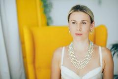 Mulher bonita e macia no roupa interior e em uma colar em um pescoço sofisticado Fotografia de Stock Royalty Free