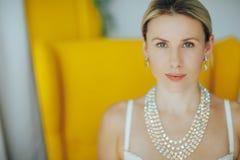 Mulher bonita e macia no roupa interior e em uma colar em um pescoço sofisticado Fotografia de Stock