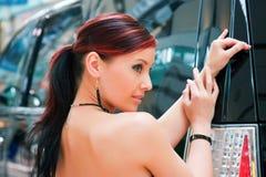 Mulher bonita e o veículo utilitario do esporte. imagens de stock royalty free