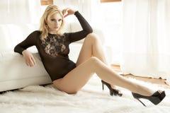 Mulher bonita e 'sexy' na roupa interior preta Imagem de Stock Royalty Free