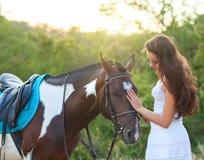 Mulher bonita e um cavalo Fotos de Stock Royalty Free