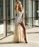 A mulher bonita elegante com cabelo louro em lantejoulas luxuosos veste-se Foto de Stock