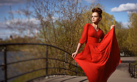 Mulher bonita elegante no vestido vermelho fotografia de stock royalty free
