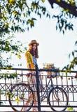 Mulher bonita, elegantemente vestida nova com Fotografia de Stock Royalty Free