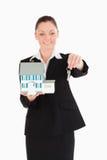 Mulher bonita em chaves da terra arrendada do terno Imagem de Stock Royalty Free