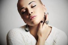 Mulher bonita em dress.accessories.manicure de lã Foto de Stock