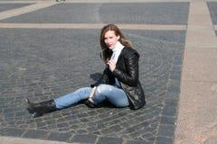 Mulher bonita em pavimentar o bloco de quadrado do palácio Imagens de Stock