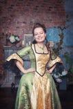 Mulher bonita em pisc medieval do vestido Fotos de Stock