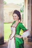 Mulher bonita em pisc medieval verde do vestido Imagem de Stock Royalty Free