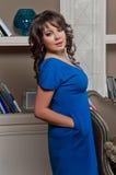 Mulher bonita em um apartamento luxuoso Fotos de Stock Royalty Free