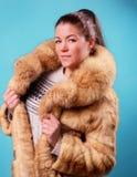 Mulher bonita em um casaco de pele foto de stock royalty free