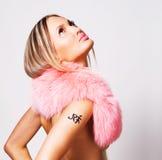 Mulher bonita em um colar cor-de-rosa da pele imagem de stock