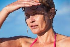 Mulher em um dia ensolarado quente Fotografia de Stock Royalty Free