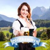 Mulher bonita em um dirndl bávaro tradicional Fotografia de Stock