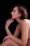 Mulher bonita em um fundo escuro no perfil imagens de stock royalty free