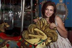 Mulher bonita em um Merrry-Ir-Redondo Fotografia de Stock
