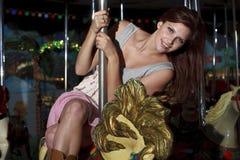 Mulher bonita em um Merrry-Ir-Redondo Fotos de Stock