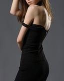 Mulher bonita em um mini vestido preto Fotografia de Stock Royalty Free