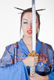 Mulher bonita em um quimono com espada do samurai Fotografia de Stock Royalty Free