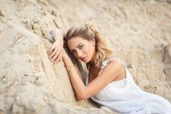 Mulher bonita em um vestido branco em um deserto Imagem de Stock Royalty Free