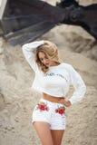 Mulher bonita em um vestido branco em um deserto Imagens de Stock Royalty Free