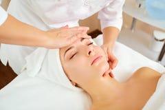 Mulher bonita em uma massagem facial foto de stock