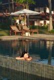 Mulher bonita em uma piscina fotos de stock royalty free