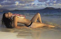 Mulher bonita em uma praia de Havaí Imagens de Stock