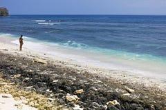 Mulher bonita em uma praia tropical Foto de Stock Royalty Free