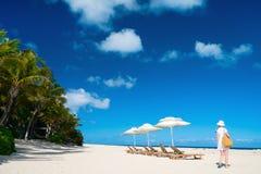 Mulher bonita em uma praia tropical imagem de stock