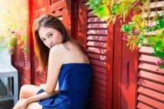 Mulher bonita encantador do retrato: A menina atrativa está olhando alguém que ama Olhar lindo da mulher bonito foto de stock