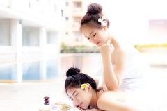 A mulher bonita encantador está usando o cotovelo fazendo massagens f bonito imagens de stock royalty free