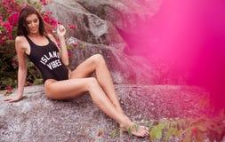 Mulher bonita entre flores cor-de-rosa Imagens de Stock