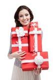 A mulher bonita entrega um número de caixas de presente Fotografia de Stock Royalty Free
