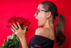 Mulher bonita entusiasmado para obter rosas fotografia de stock