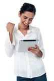 Mulher bonita entusiasmado que usa o PC da tabuleta imagem de stock royalty free