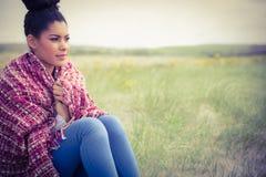 Mulher bonita envolvida acima na roupa morna Imagem de Stock