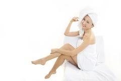 Mulher bonita envolvida nas toalhas Fotografia de Stock