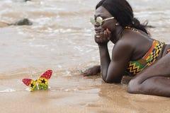 A mulher bonita está encontrando-se na praia de Axim imagens de stock royalty free