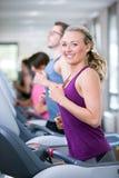 A mulher bonita está fazendo o esporte em um gym fotos de stock royalty free